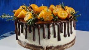 Μπροστινή άποψη ενός κέικ μπισκότων Πίτα με τα φρούτα και τα λουλούδια Στενά ευθέα μπισκότο άποψης και κέικ κρέμας Το κέικ σοκολά στοκ φωτογραφία