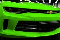 Μπροστινή άποψη ενός πράσινου Chevrolet Camaro 2017 Εξωτερικές λεπτομέρειες αυτοκινήτων στοκ εικόνα με δικαίωμα ελεύθερης χρήσης