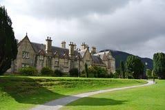 Μπροστινή άποψη ενός σπιτιού φέουδων στην Ιρλανδία στοκ εικόνες