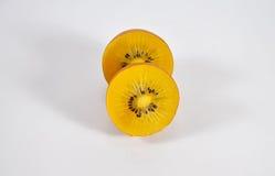 Μπροστινή άποψη ενός kiwifruit που κόβεται στο μισό Στοκ εικόνες με δικαίωμα ελεύθερης χρήσης