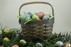 Μπροστινή άποψη καλαθιών αυγών Πάσχας πέρα από το λευκό Στοκ Εικόνες