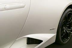 Μπροστινή άποψη μιας άσπρης πολυτέλειας sportcar Lamborghini Huracan LP 610-4 Εξωτερικές λεπτομέρειες αυτοκινήτων Στοκ φωτογραφία με δικαίωμα ελεύθερης χρήσης