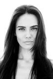 Μπροστινή άποψη μιας μακρυμάλλους αρκετά νέας γυναίκας Στοκ Εικόνες