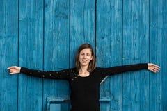 Μπροστινή άποψη μιας νέας γυναίκας που χαλαρώνει στην ενδοσκόπηση Στοκ φωτογραφίες με δικαίωμα ελεύθερης χρήσης