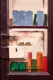 Μπροστινή άποψη μιας παλαιάς κλειδαριάς πορτών μετάλλων στη Μαδρίτη με τα γκράφιτι Στοκ εικόνα με δικαίωμα ελεύθερης χρήσης