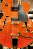 Μπροστινή άποψη μιας υπέρ ηλεκτρικής εκλεκτής ποιότητας κιθάρας στοκ εικόνες