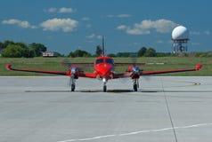 Μπροστινή άποψη σχετικά με το κόκκινο αεροπλάνο Στοκ Εικόνες