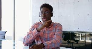 Μπροστινή άποψη της αρσενικής εκτελεστικής αλληλεπίδρασης αφροαμερικάνων στο γραφείο 4k φιλμ μικρού μήκους