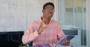 Μπροστινή άποψη της αρσενικής εκτελεστικής αλληλεπίδρασης αφροαμερικάνων στο γραφείο 4k απόθεμα βίντεο