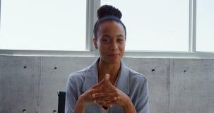 Μπροστινή άποψη της επιχειρηματία αφροαμερικάνων που αλληλεπιδρά σε ένα σύγχρονο γραφείο 4k απόθεμα βίντεο