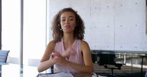 Μπροστινή άποψη της θηλυκής εκτελεστικής αλληλεπίδρασης αφροαμερικάνων στο γραφείο 4k απόθεμα βίντεο