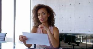 Μπροστινή άποψη της θηλυκής εκτελεστικής αλληλεπίδρασης αφροαμερικάνων στο γραφείο 4k φιλμ μικρού μήκους