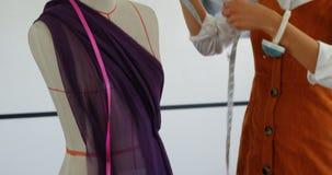 Μπροστινή άποψη της θηλυκής εργασίας σχεδιαστών μόδας αφροαμερικάνων στο εργαστήριο 4k φιλμ μικρού μήκους