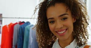Μπροστινή άποψη της θηλυκής στάσης σχεδιαστών μόδας αφροαμερικάνων στο εργαστήριο 4k φιλμ μικρού μήκους