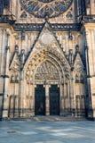 Μπροστινή άποψη της κυρίας είσοδος στον καθεδρικό ναό του ST Vitus στην Πράγα Στοκ Φωτογραφίες