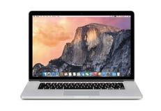 Μπροστινή άποψη της Apple αμφιβληστροειδής του MacBook Pro 15 ίντσας με το OS Χ Yosemit Στοκ Φωτογραφία