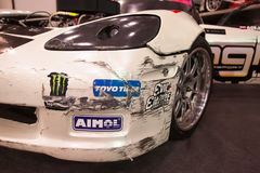Μπροστινή άποψη του αγωνιστικού αυτοκινήτου με το σπασμένο προφυλακτήρα Στοκ εικόνες με δικαίωμα ελεύθερης χρήσης