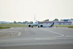 Μπροστινή άποψη του αεροπλάνου πριν από την απογείωση Στοκ Φωτογραφία