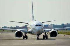 Μπροστινή άποψη του αεροπλάνου πριν από την απογείωση Στοκ εικόνα με δικαίωμα ελεύθερης χρήσης