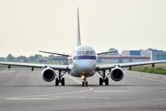 Μπροστινή άποψη του αεροπλάνου πριν από την απογείωση Στοκ Εικόνες
