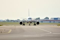 Μπροστινή άποψη του αεροπλάνου πριν από την απογείωση Στοκ εικόνες με δικαίωμα ελεύθερης χρήσης