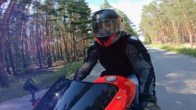 Μπροστινή άποψη του αναβάτη που οδηγεί μια μοτοσικλέτα φιλμ μικρού μήκους