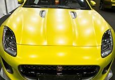 Μπροστινή άποψη του κίτρινου ματ φ-τύπου coupe S 2017 ιαγουάρων Εξωτερικές λεπτομέρειες αυτοκινήτων Στοκ Φωτογραφία