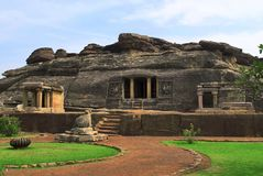 Μπροστινή άποψη του ναού βράχος-περικοπών Ravanaphadi, Aihole, Bagalkot, Karnataka στοκ φωτογραφία με δικαίωμα ελεύθερης χρήσης
