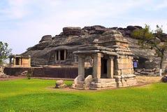 Μπροστινή άποψη του ναού βράχος-περικοπών Ravanaphadi, Aihole, Bagalkot, Karnataka στοκ εικόνα με δικαίωμα ελεύθερης χρήσης