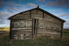 Μπροστινή άποψη του ξύλινου σπιτιού κούτσουρων στο ρωσικό χωριό στοκ φωτογραφίες