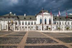 Μπροστινή άποψη του παλατιού Grassalkovich (Grasalkovicov Palac) στη Μπρατισλάβα Στοκ φωτογραφία με δικαίωμα ελεύθερης χρήσης