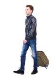 Μπροστινή άποψη του περπατώντας ατόμου με τη βαλίτσα Στοκ Φωτογραφία