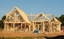 Μπροστινή άποψη του πλαισίου ενός προαστιακού σπιτιού κάτω από την κατασκευή
