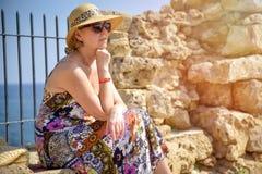 Μπροστινή άποψη του ταξιδιώτη γυναικών στο καπέλο στοκ εικόνα με δικαίωμα ελεύθερης χρήσης