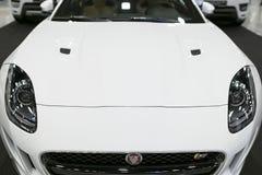Μπροστινή άποψη του φ-τύπου coupe S ιαγουάρων Εξωτερικές λεπτομέρειες αυτοκινήτων Στοκ φωτογραφία με δικαίωμα ελεύθερης χρήσης