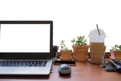 Μπροστινή άποψη του lap-top στο επιτραπέζιο άσπρο υπόβαθρο Lap-top με blan Στοκ φωτογραφία με δικαίωμα ελεύθερης χρήσης