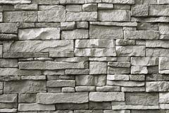 Μπροστινή άποψη του monotone γκρίζου τραχιού τοίχου πετρών για το υπόβαθρο ή το έμβλημα στοκ φωτογραφία
