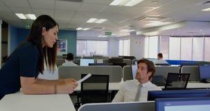 Μπροστινή άποψη των νέων καυκάσιων ανώτερων υπαλλήλων γραφείων που εργάζονται στο γραφείο σε ένα σύγχρονο γραφείο 4k απόθεμα βίντεο