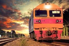 Μπροστινή άποψη των τραίνων στο χώρο στάθμευσης διαδρομής σιδηροδρόμων στους σιδηροδρόμους plat στοκ εικόνες