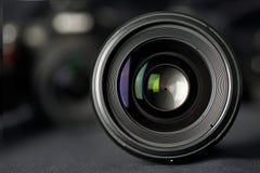 Μπροστινή άποψη φακών φωτογραφιών σχετικά με τη θολωμένη κάμερα στοκ φωτογραφία