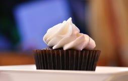 Μπροστινή άποψη Cupcake με το υπόβαθρο χρώματος στοκ εικόνες με δικαίωμα ελεύθερης χρήσης