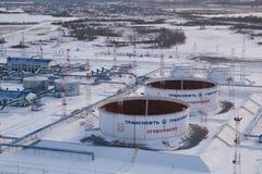 Μπροστινή εναέρια όψη του σταθμού μεταφοράς πετρελαίου δεξαμενών Στοκ Εικόνες