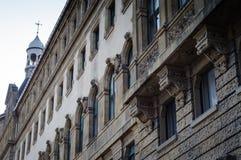 Μπροστινή λεπτομέρεια προσόψεων ενός ιστορικού κτηρίου Στοκ εικόνα με δικαίωμα ελεύθερης χρήσης