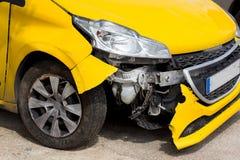 Μπροστινή ζημία αυτοκινήτων μετά από το ατύχημα στοκ εικόνες
