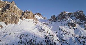 Μπροστινή κεραία στο χιονώδες δύσκολο βουνό στο πέρασμα falzarego Ηλιοβασίλεμα ή ανατολή, σαφής ουρανός, ηλιόλουστος Χειμερινοί δ φιλμ μικρού μήκους