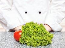 μπροστινή ντομάτα μαρουλιού αρχιμαγείρων Στοκ φωτογραφία με δικαίωμα ελεύθερης χρήσης