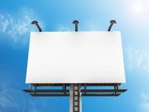 Μπροστινή πλάγια όψη ενός μεγάλου πίνακα διαφημίσεων με τους λαμπτήρες ενάντια σε έναν μπλε ουρανό Στοκ Φωτογραφίες