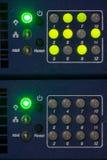 Μπροστινή πλευρά κεντρικών υπολογιστών που παρουσιάζει ζωηρόχρωμους διακόπτες και που συνδέει με καλώδιο την αφηρημένη εικόνα για στοκ εικόνες με δικαίωμα ελεύθερης χρήσης