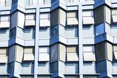 Μπροστινή πρόσοψη ενός σύγχρονου μπλε κτιρίου γραφείων με σχηματισμένος αψίδα στοκ φωτογραφία
