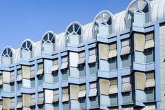 Μπροστινή πρόσοψη ενός σύγχρονου μπλε κτιρίου γραφείων Στοκ φωτογραφία με δικαίωμα ελεύθερης χρήσης